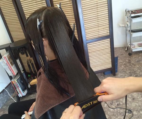 トリートメントをした髪の毛にアイロンの熱をくわえる